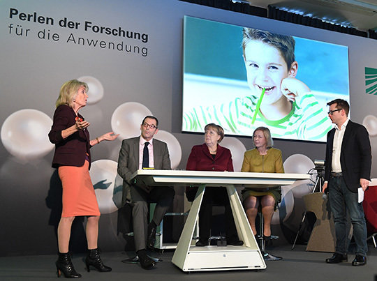 Chancellor Angela Merkel invited the leader of <em>Legascreen</em>, Angela D. Friederici, to present the project as one of ten particularly innovative research projects. © Ausserhofer/ MPG